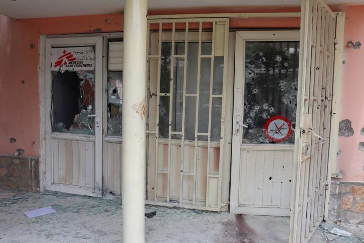 Entradas a la unidad de atención psicosocial y a la oficina del hospital Dashte Barchi, en Kabul, después del ataque en Afganistán.