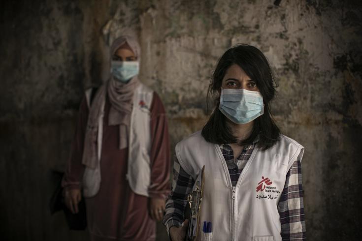 Dayana Tabbarah, promotora de salud de MSF, y Hala Hussein, enfermera de MSF, en las calles del campamento de Burj al-Barajneh, ubicado en Beirut. Juntas, hacen visitas domiciliarias a pacientes en el campamento. Mayo 2020.