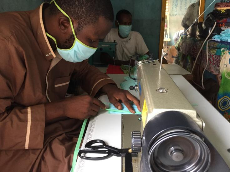 Yaya Touré, jefe de un taller de costura en Bamako- Magnabougou, hace tapabocas reutilizables. Mayo 2020.