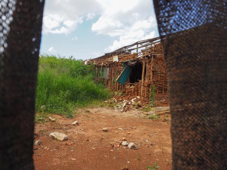 Vista del centro de salud de Salimboko que fue atacado y saqueado. El ataque tuvo lugar del 28 de abril de 2020 al 2 de mayo. Duró 4 días, destruyó ambas aldeas y dejó el centro de salud saqueado.