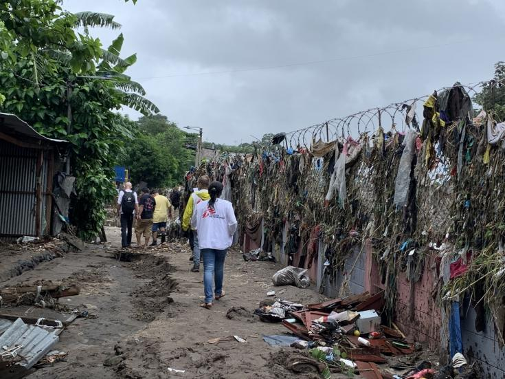 El equipo de MSF recorre los escombros para hablar con los vecinos sobre sus necesidades de salud en la comunidad El Granjero II, Nueva Esperanza, Florida y Arca de Noé.