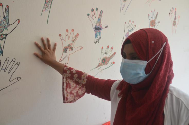 Tamrin Mufta, intérprete médica de maternidad, en una sala del hospital de madres y niños Goyalmara en Cox's Bazar, Bangladesh.