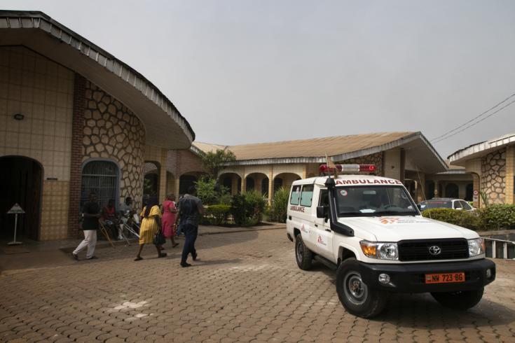 Vista del patio interior y el estacionamiento de ambulancias del hospital Saint Mary Soledad apoyado por Médicos Sin Fronteras en Bamenda, noroeste de Camerún. . La foto fue tomada a principios de marzo de 2020, antes de que la pandemia de COVID-19 golpeara la región.