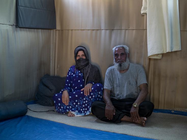 Darwish, de 74 años, y Aysha, de 68, son de Deir ez-Zor, Siria. Viven en el campamento de Vathy, Samos, Grecia, en un refugio improvisado.