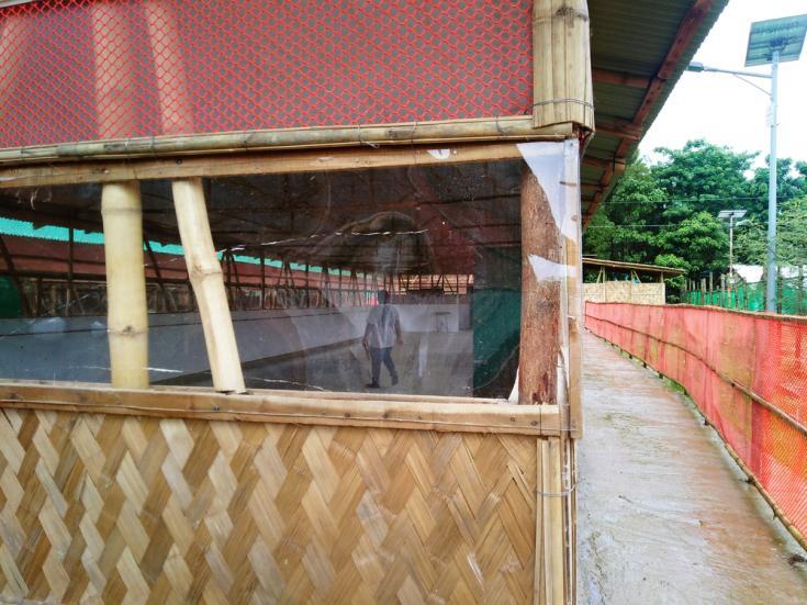 El recorrido de los visitantes en nuestro centro de aislamiento y tratamiento para COVID-19 en el campo de refugiados de Nayapara, Bangladesh.