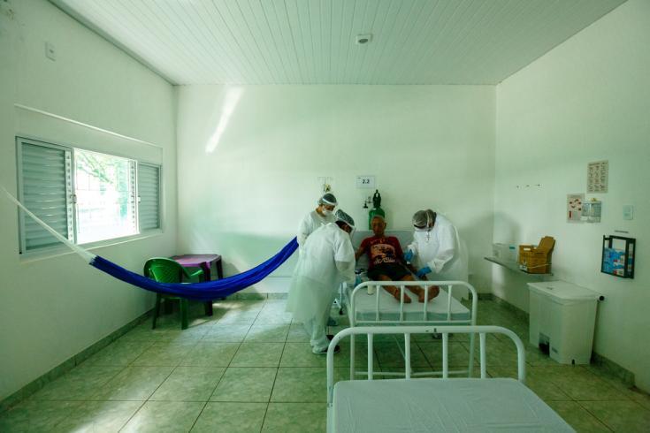 Antonio Castro, de 99 años, es atendido en el centro creado por MSF en São Gabriel da Cachoeira. Todas las habitaciones están equipadas para acomodar hamacas, respetando los hábitos locales.
