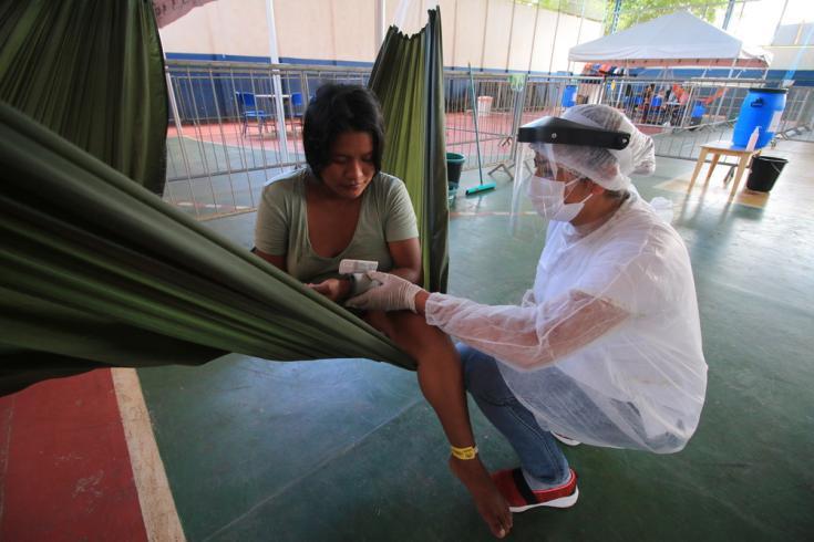 Una mujer indígenas Warao recibe un control de presión arterial en un centro de aislamiento gestionado por MSF en Manaos, Brasil.