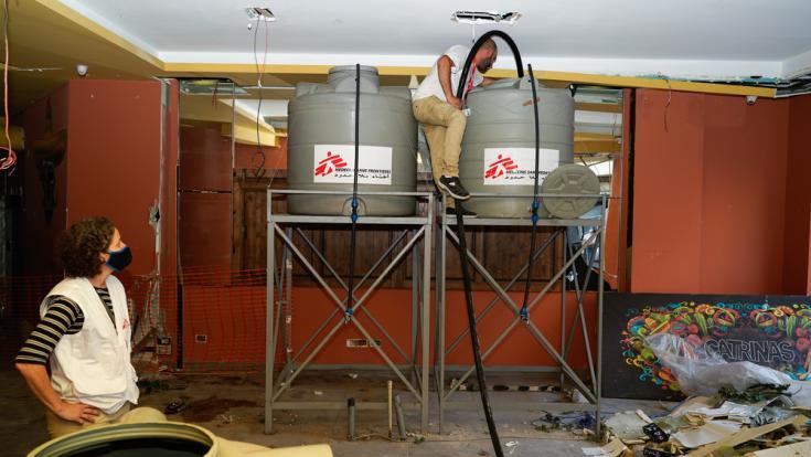 Parte del equipo de Médicos Sin Fronteras instalando contenedores de agua tras la explosión en Beirut, en el barrio de Gemmayzeh.