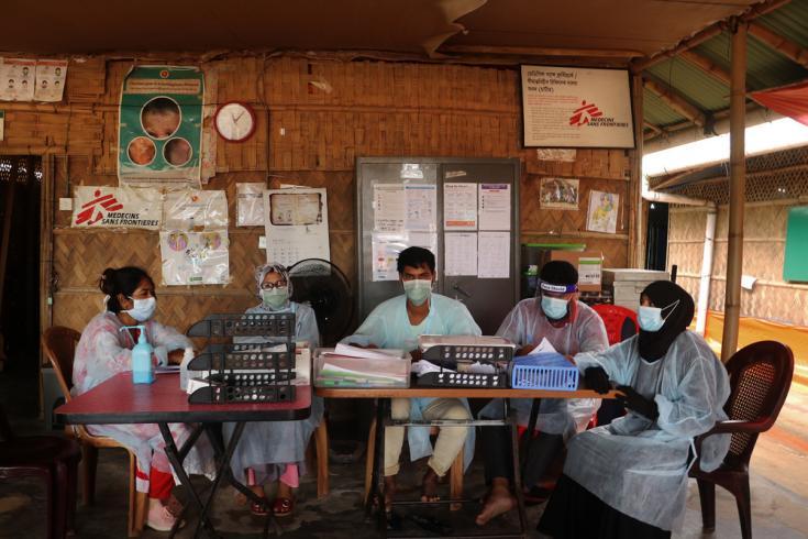 Personal médico en la sala de espera de urgencias del hospital maternoinfantil de Médicos Sin Fronteras en Goyalmara, Cox's Bazar, en el sureste de Bangladesh.
