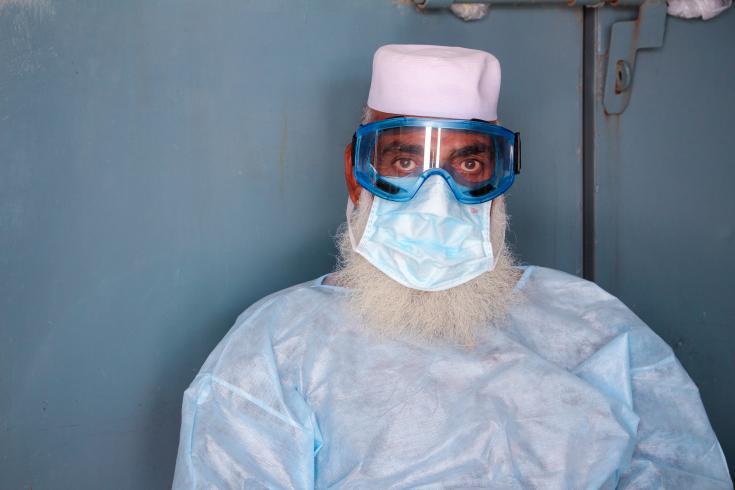 Un vigilante de MSF con equipo de protección personal de guardia en la entrada de nuestro Hospital de Mujeres en Peshawar. Durante la pandemia de COVID-19 se encarga de controlar la temperatura de todo el personal que ingresa al hospital para trabajar.