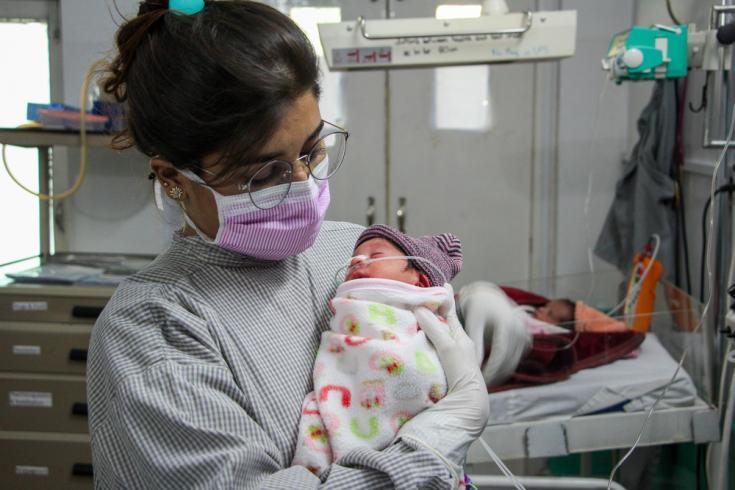La supervisora de enfermería de Médicos Sin Fronteras, Uroosa Shahzadi, sostiene a un bebé en la unidad de recién nacidos del Hospital de Mujeres de MSF en Peshawar, Pakistán.