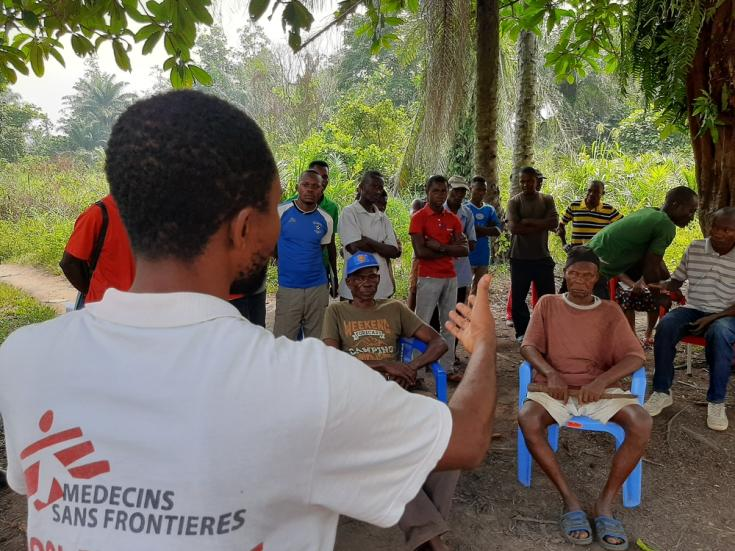 Blaise, promotor de salud de Médicos Sin Fronteras, habla con miembros de la comunidad del área de salud de Ikoko sobre la epidemia de ébola.