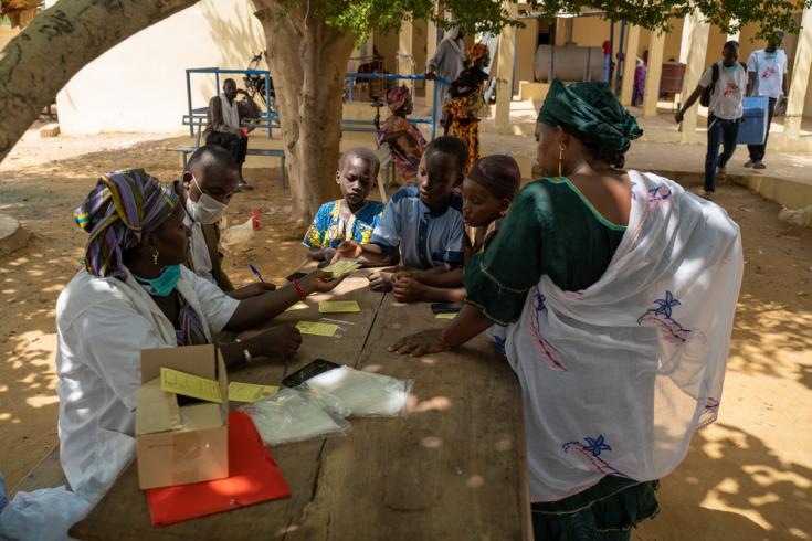 Lalla Touré, de Boureim Inaly, llevó a vacunar a su hija contra el sarampión en Tumbuctú, Mali.