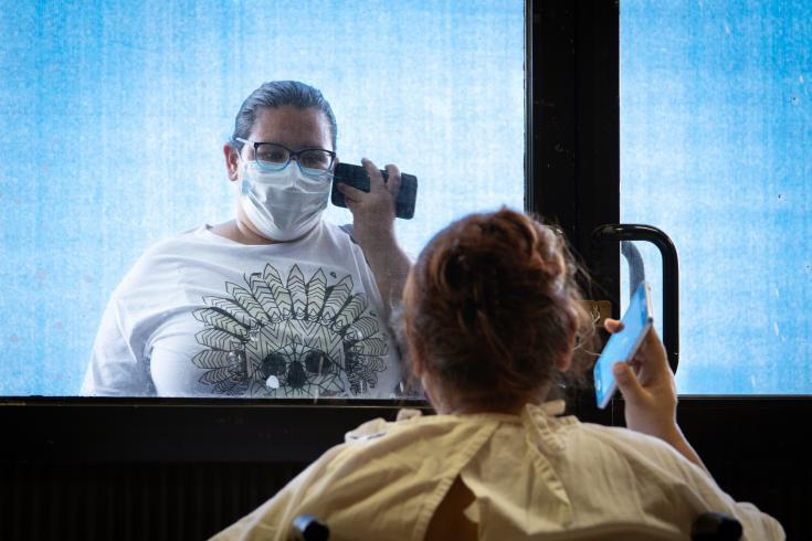 Una paciente recibe la visita de su familia en un centro COVID-19 que MSF abrió en Matamoros, estado de Tamaulipas, en coordinación con las autoridades sanitarias locales. Abril 2020.
