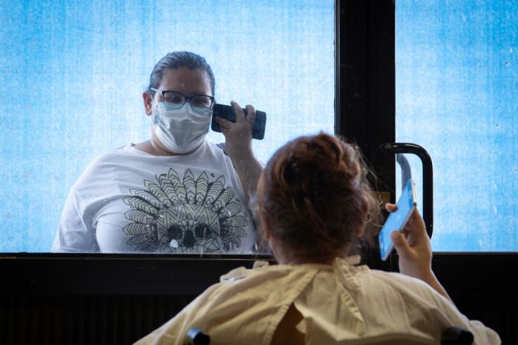 Una paciente es visitada por su familia en el centro COVID-19 en Matamoros, Tamaulipas, México.