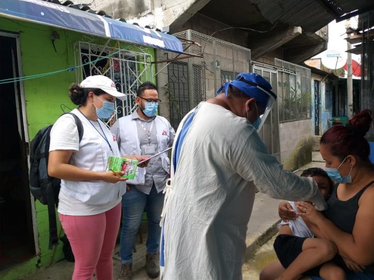 La jornada de vacunación se realizó casa por casa para evitar aglomeraciones de personas.