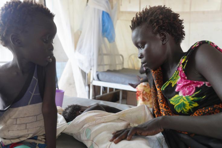 Yayai Logain con sus hijos en la clínica de Médicos Sin Fronteras en la ciudad de Pibor, Sudán del Sur.