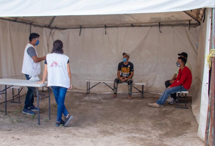 Un equipo de MSF realiza charlas de promoción de salud en la clínica instalada en el campamento.