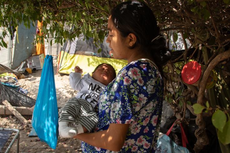 Elizabeth lleva a su hijo Carlos. Embarazada, decidió cruzar la frontera nadando el río Bravo. Comenzó su trabajo de parto cuando fue capturada por la patrulla fronteriza de Estados Unidos y dio a luz a Carlos.