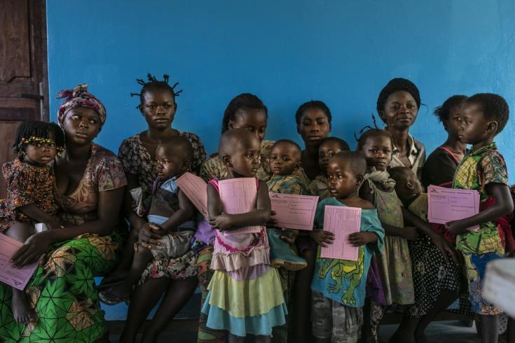 Niños reciben la vacuna contra el sarampión
