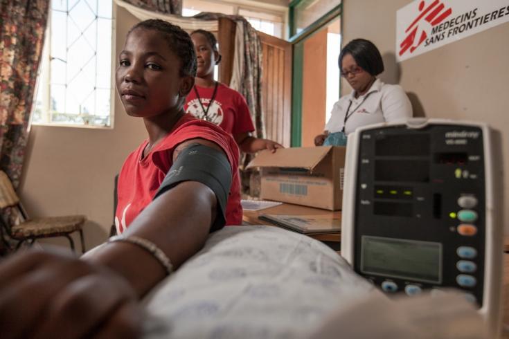 Prueba de presión sanguínea a una paciente con VIH