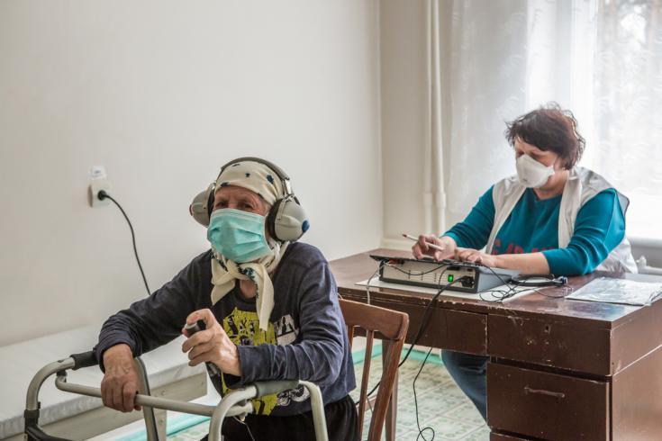 Prueba de audición a paciente con tuberculosis