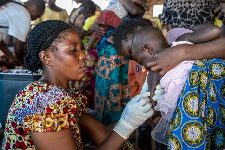Enfermera vacunando contra el sarampión