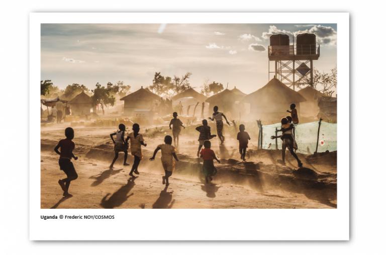 Postal solidaria de Médicos Sin Fronteras que muestra a niños jugando en un campo de desplazados en Uganda