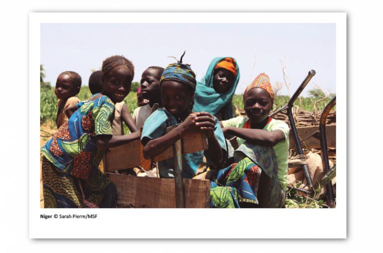 Postal solidaria de Médicos Sin Fronteras que muestra niños en Níger