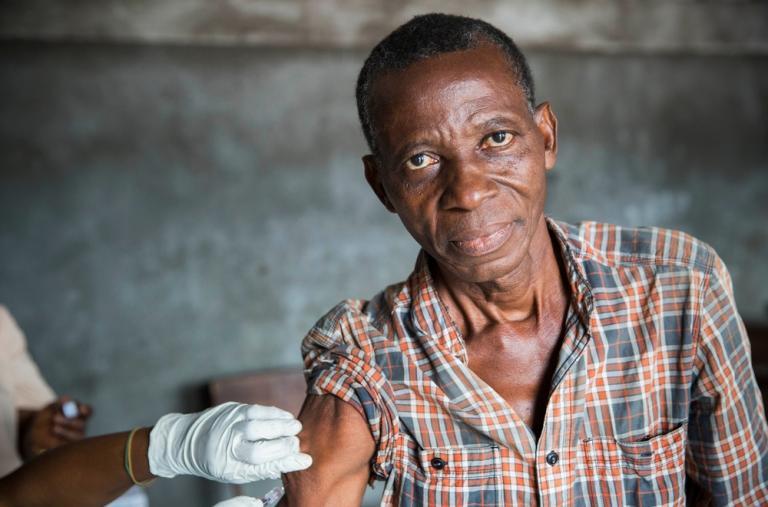 Fotografía que muestra a un hombre siendo vacunado durante la Campaña de vacunación contra la fiebre amarilla en Kinshasa, República Democrática del Congo. ©D. Telemans
