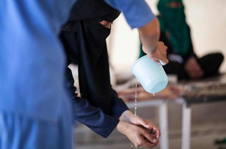 En la carpa de recuperación del Centro de Tratamiento del Cólera en el hospital Al Thawra, el equipo de promoción de la salud de MSF enseña a los pacientes ya curados y a sus cuidadores, algunas buenas prácticas para evitar el cólera. ©Florian SERIEX/MSF