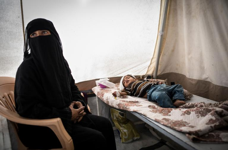 Esta es la segunda vez en pocas semanas que Reda lleva a su hijo Muhatasein al Centro de Tratamiento del Cólera de MSF. ©Florian SERIEX/MSF