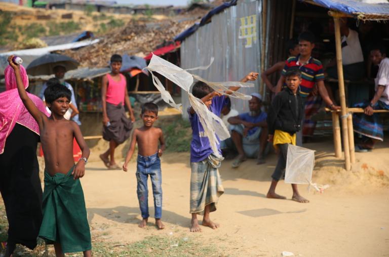 Las condiciones de vida para los refugiados rohingya que viven en los campos de Bangladesh son muy precarias. Pero siempre hay un momento para jugar.