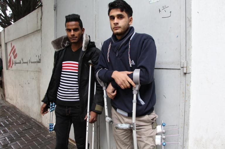 Mohamed Mubarak y Faris Alawawdá (22 años). A ambos les dispararon en primavera de 2017, mientras asistían a una protesta en la frontera con Israel. Desde entonces, reciben tratamiento de vendaje, fisioterapia y terapia ocupacional en nuestra clínica