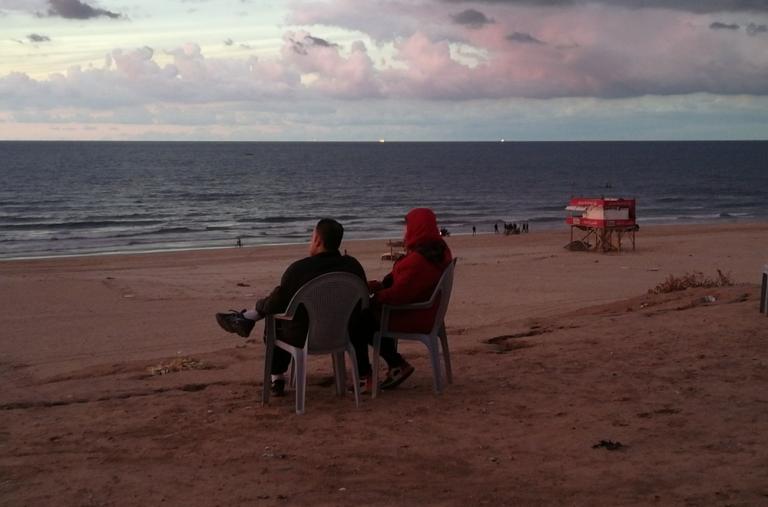 Atardecer en la playa en Gaza. ©Laurie Bonnaud/MSF
