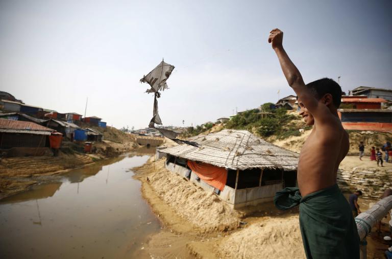En el gigantesco campo de refugiados de Cox's Bazar, en Bangladesh, un niño juega alegre con su barrilete hecho a mano.