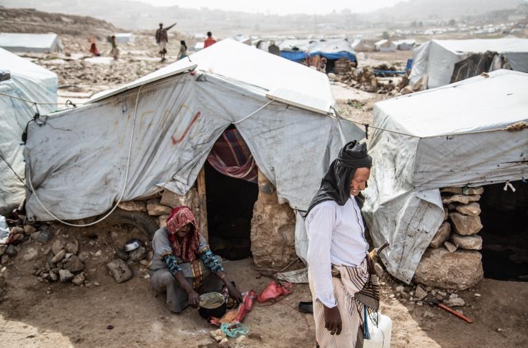 Dos de cada tres desplazados del campo de Dahadh llegaron en 2015, al inicio de la guerra. Huían del bombardeo aéreo masivo por parte de Coalición sobre la gobernación de Saada, un bastión de Ansar Allah. Según Yemen Data Project, que recopila datos sobre