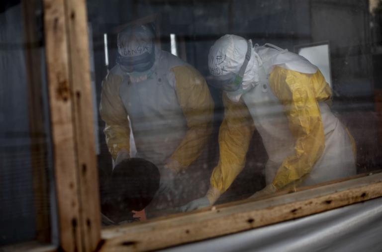 El personal médico examina a un paciente en el Centro de Tratamiento de Ébola en Bunia, apoyado por Médicos Sin Fronteras (MSF)