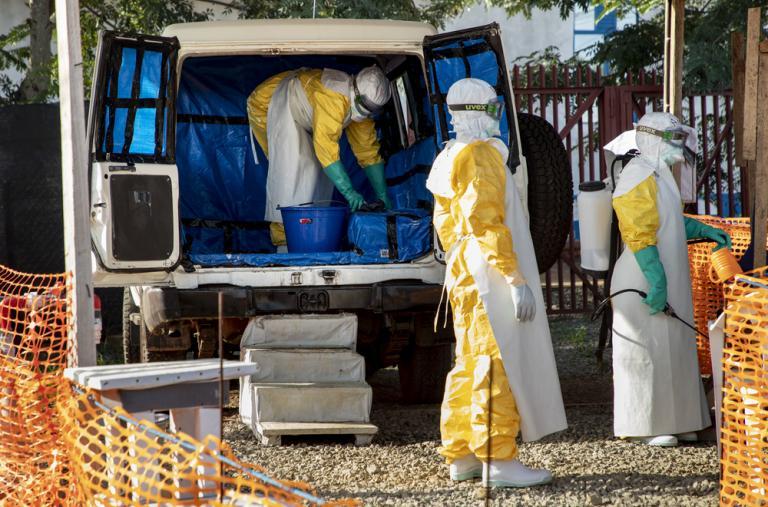 Personal de Médicos Sin Fronteras (MSF) limpia la ambulancia que trasladó a un caso sospechoso de Ébola al Centro de Tratamiento de Ébola en Bunia.