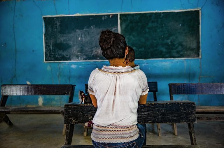 """Gabriela estaba embarazada cuando su marido fue hallado muerto, al lado de la carretera en la que fue secuestrado. """"Desde entonces, desde hace seis meses estamos sin luz, sin poder movernos, sin acceso a medicinas, sin escuela."""