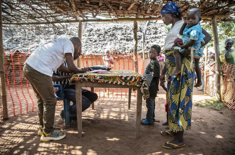 Las primeras familias se inscriben para la campaña de vacunación contra el sarampión en la aldea de Botulu, en la provincia de Mongala, en República Democrática del Congo.