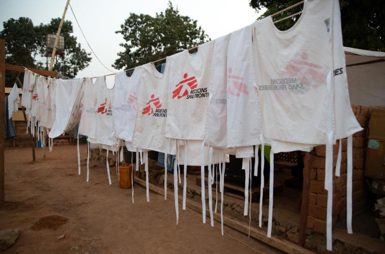 Nuestros chalecos, colgados para que se sequen, en el exterior de nuestro puesto de vacunación de urgencia contra el sarampión en Baboua, en República Centroafricana.
