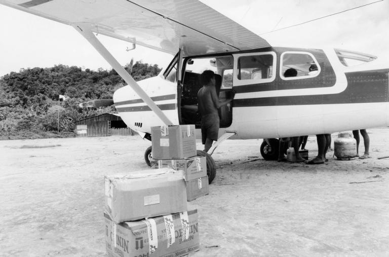 Los microscopios, medicamentos y suministros médicos llegando en avioneta.