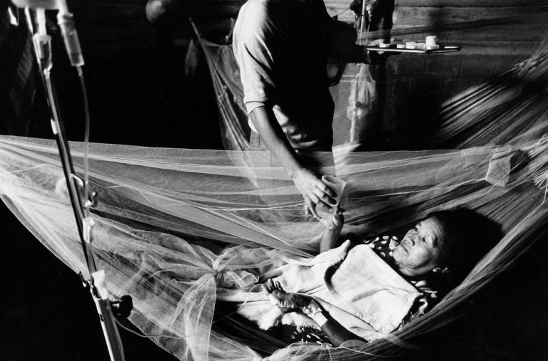Retrato de una mujer con una infección parasitaria.