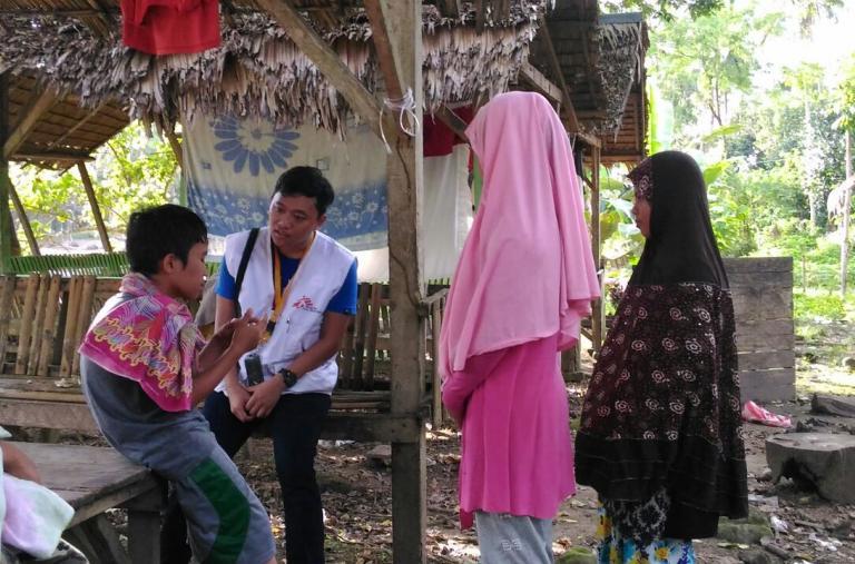Un psicólogo de MSF brinda asesoramiento individual sobre el duelo. Este niño de 13 años perdió a su madre y 2 hermanos menores. Él sobrevivió junto con su padre y otro hermano. También perdieron su casa y ahora se quedan con sus familiares. ©Hana Badando