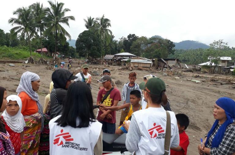 Un equipo de MSF habla con personas afectadas por las avalanchas de barro, muchos todavía están buscando parientes desaparecidos. ©Hana Badando/MSF