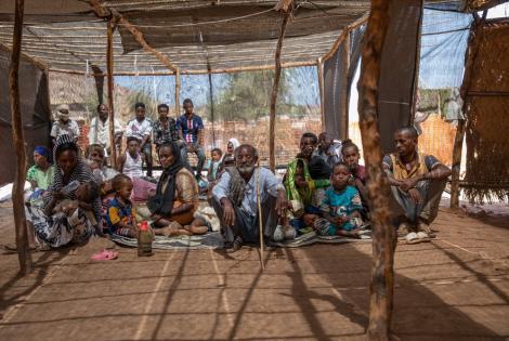 Un grupo de personas refugiadas provenientes de la región etíope de Tigray esperan para ser atendidas en nuestra clínica en el campo de refugiados Um Rakuba, en Sudán. Febrero de 2021