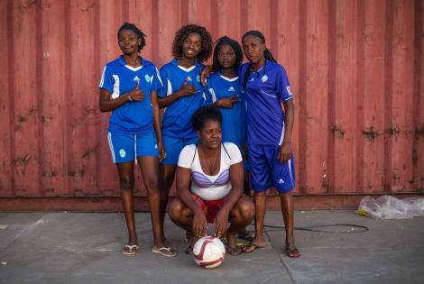 Cancha de fútbol se convierte en centro de tratamiento de cólera