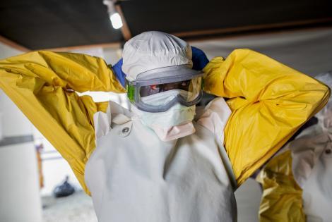 Un miembro del equipo de Médicos Sin Fronteras se viste para ingresar a la zona de alto riesgo del Centro de Tratamiento de Ebola en Buni, República Democrática del Congo. Junio de 2019.