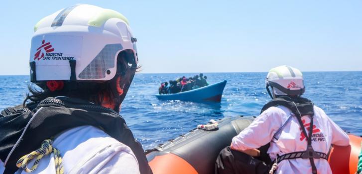 En uno de los últimos rescates operados desde el GeoBarents, ocurrido el 10 de junio, rescatamos 26 personas incluyendo 15 menores no acompañados. Mientras se realizaba el rescate, la guardia costera libia intimidó y amenazó verbalmente a nuestros equipos